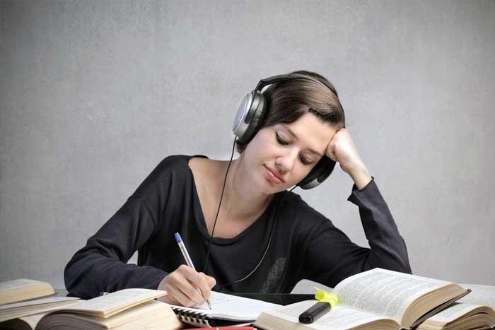 Mendengarkan Musik Ketika Belajar